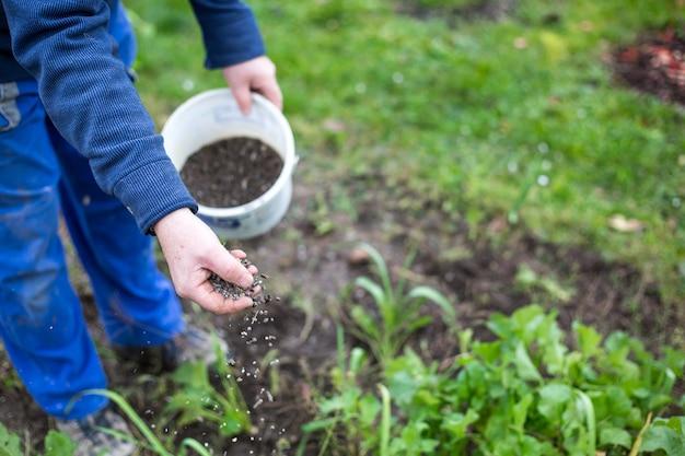 Удобрение сада биогранулированными удобрениями