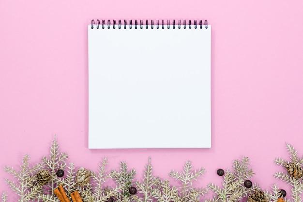 Спиральный пустой белый блокнот на fesstive предпосылке рождества. праздники концепции сверху горизонтальный вид copyspace