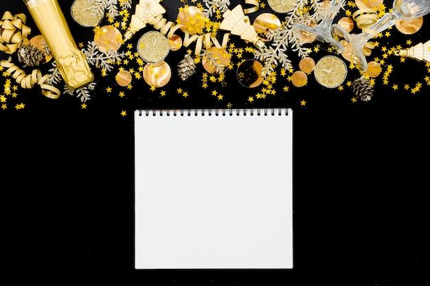 Fesstive предпосылка рождества праздники copyspace верхней части концепции праздников горизонтальное. шампанское, игрушки и бокалы.