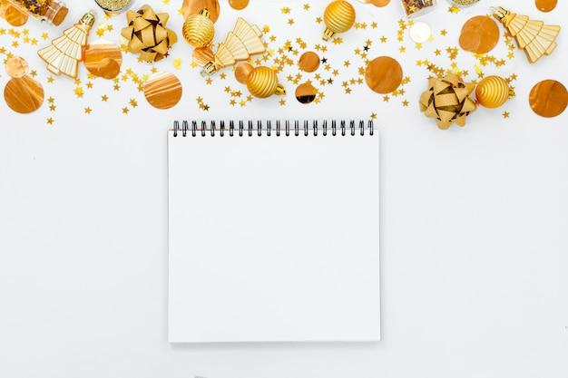 Спиральный пустой белый блокнот на fesstive предпосылке рождества.