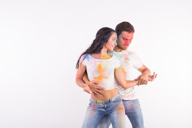 Фестиваль холи, социального танца, дружбы - молодые люди играют красками на фестивале холи