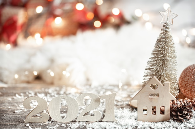木製の番号2021でお祝いの抽象的なクリスマスの装飾