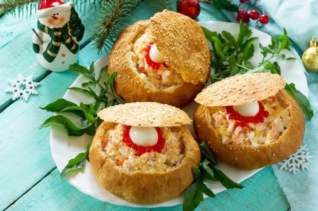 エビのサラダと赤キャビアを詰めたクリスマステーブルパンのお祝い前菜