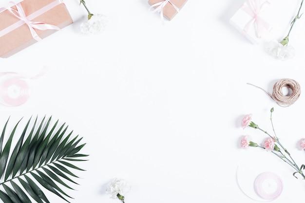 축제 배열 : 선물, 리본 및 흰색 테이블에 꽃 상자