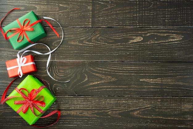축제 배경, 다채로운 선물 상자와 갈색 나무 배경에 리본 프리미엄 사진
