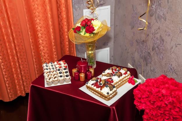 집에서 절묘한 케이크와 장식으로 첫 번째 생일을 축하하는 축제 배경 디자인