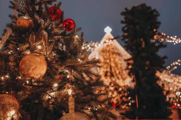 美しいゴールデンボケライトクリスマスボールゴールデンモミの枝とお祭りの背景