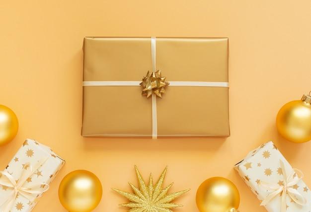 큰 금 선물 상자, 반짝이 골드 스타와 선물 상자와 크리스마스 공 배경 축제 배경