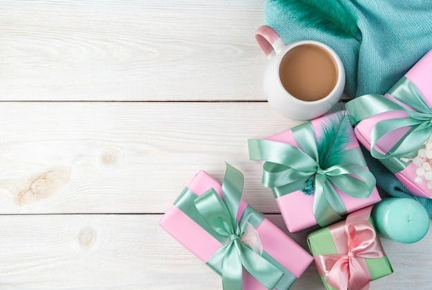 선물, 촛불, 흰색 나무 바탕에 스웨터와 축제 배경.