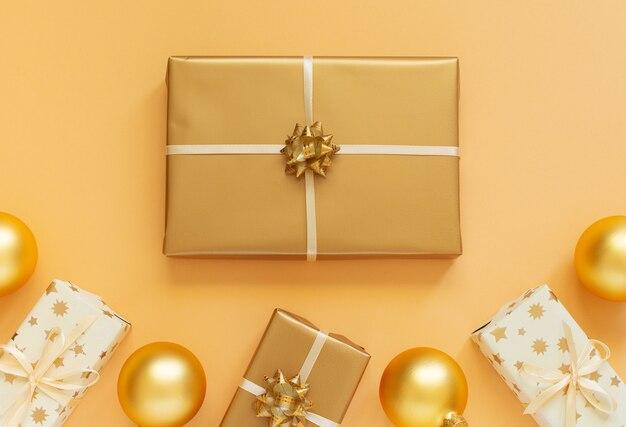 골드 장식 축제 배경, 선물 상자와 크리스마스 공 골드 배경, 평면 평신도, 평면도