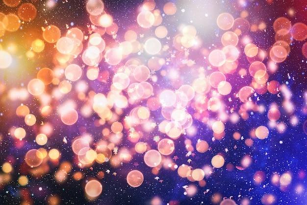 Праздничный фон с естественным боке и яркими золотыми огнями. винтажный волшебный фон с красочным боке.