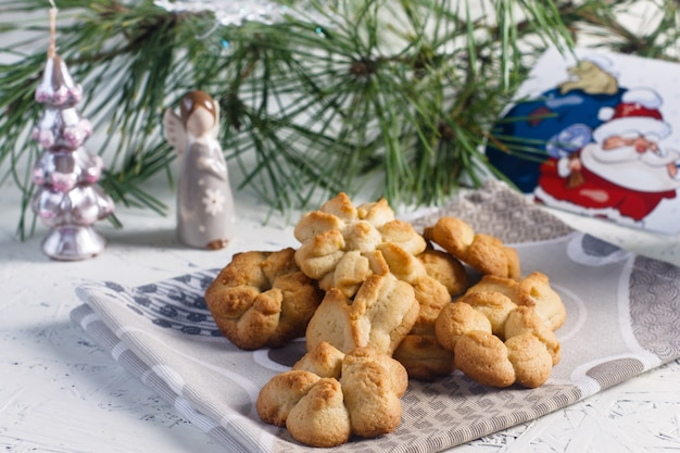 お祭りの焼き菓子。クリスマスのペストリーとお茶