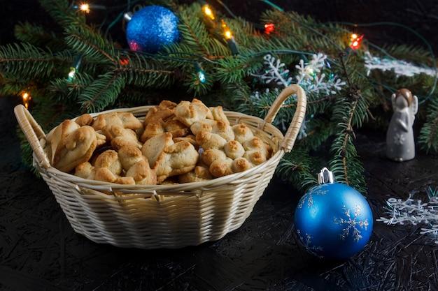 Праздничная выпечка. рождественские пирожные и чай