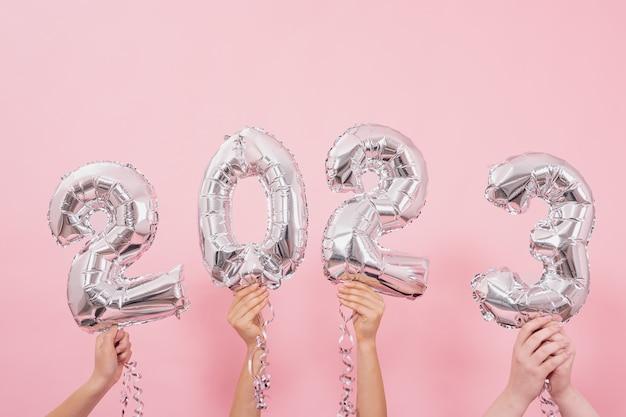 ピンクの背景の数字からお祝いの風船