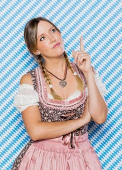 コスチュームでお祝いのバイエルン女性