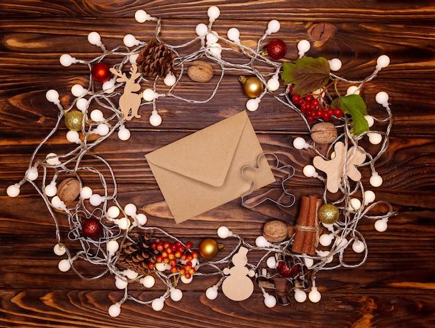 お祝いの美しい居心地の良いクリスマスの背景。上面図、フラットレイ