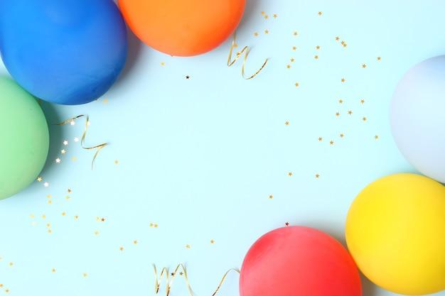 テキストの場所と色付きの背景にお祝いの誕生日の背景