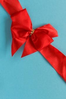 バレンタインデーの挨拶の青い背景グリーティングカードにお祝い弓