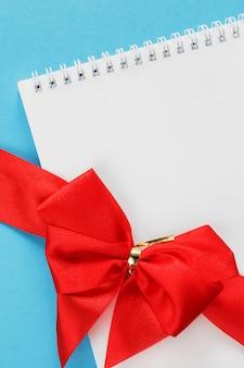 バレンタインデーのグリーティングカードの白い背景のグリーティングカードのお祝い弓
