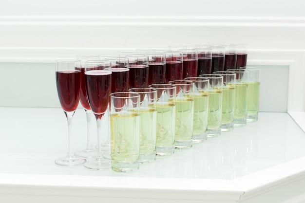 グラスにアルコール飲料が入ったお祝いのビュッフェテーブル。