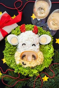 暗闇の中で2021年のお祝いの雄牛の形をしたサラダ