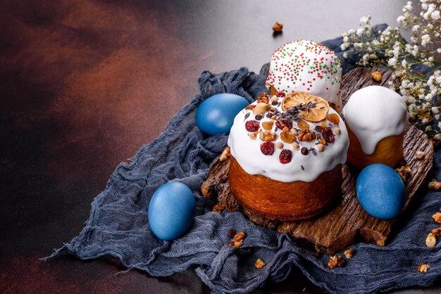 Праздничные торты с белой глазурью, орехами и изюмом