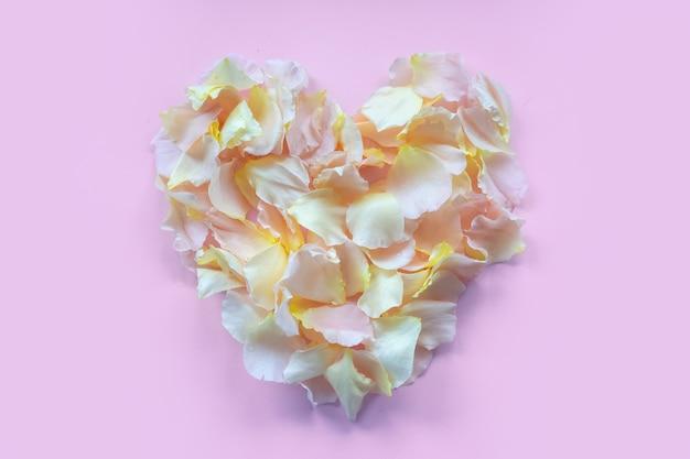 バレンタインデーのお祭りカード。ピンクのバラの花びらからのフレーム。スペースをコピーします。