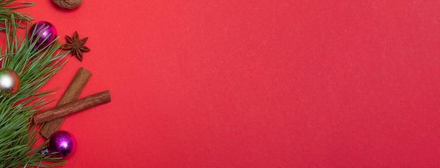 컬러 배경에 크리스마스 요소와 복사 공간 축제 카드. 크리스마스 포장, 배경입니다. 호두, 말린 오렌지, 계피, 스타 아니스.