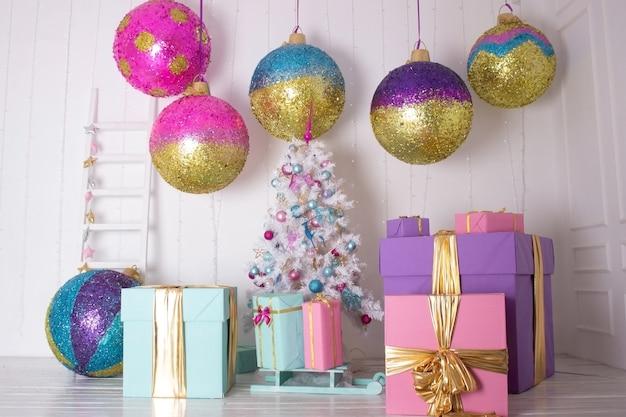축제 크리스마스 배경 장난감 큰 공과 썰매와 흰색 인공 크리스마스 트리