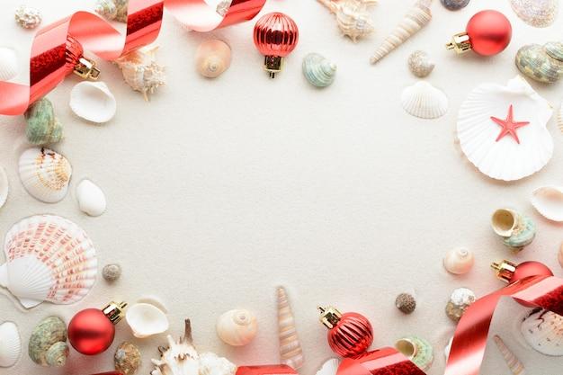 축제 크리스마스 카드. 공 및 복사 공간 모래에 조개 프리미엄 사진