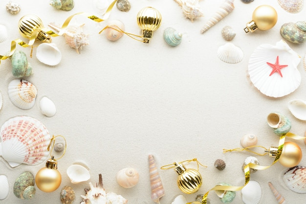축제 크리스마스 카드. 공 및 복사 공간 모래에 조개