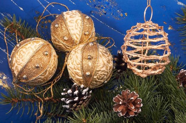 クリスマスツリーの枝、松ぼっくり、ホリデーボールでお祝いのクリスマス作曲