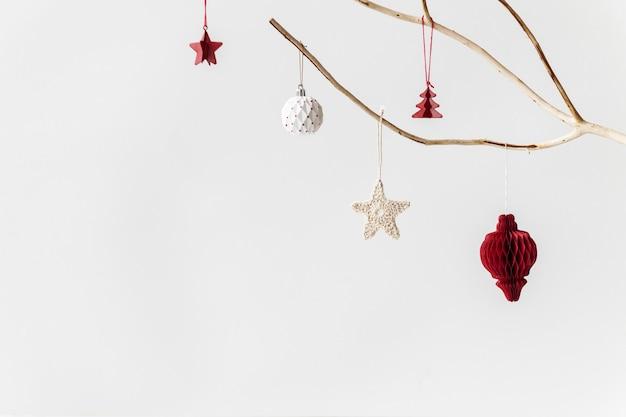 白い背景の上のお祝いのクリスマスの装飾