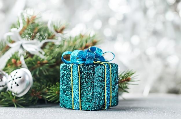 Праздничный рождественский декор с расфокусированными огнями боке