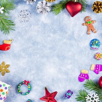 Праздничная новогодняя рамка с разноцветными украшениями