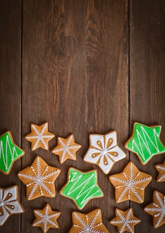 스타의 모양에 축제 크리스마스 진저 쿠키 나무 어두운 갈색 배경에 거짓말.
