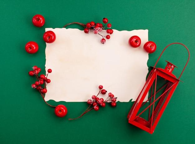 Праздничный рождественский макет на зеленом фоне