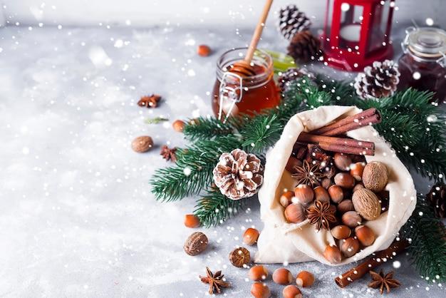 삼 베 가방에서 쏟아 질 축제 크리스마스 견과류와 향신료