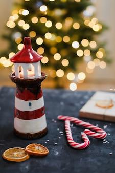 燭台のキャンディケインとボケ味の背景による装飾とお祝いのクリスマスの静物