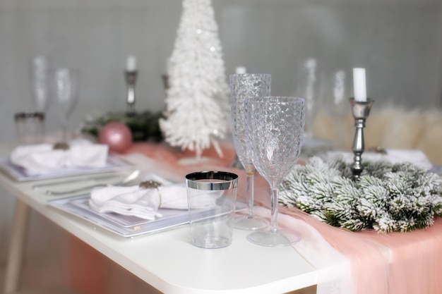 キャンドルの新年の装飾とリビングルームの道具でお祝いのクリスマステーブルの設定