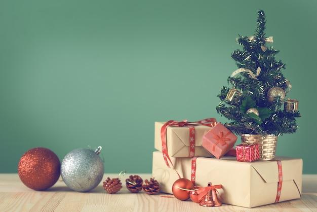 축제 크리스마스 트리는 라이트 보드에 선다.