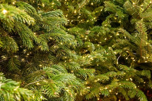 Garlad新年の装飾が施されたお祝いのクリスマスツリー