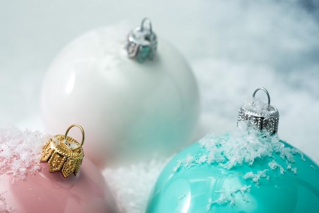 컬러 볼 및 눈송이 bokeh 벽 및 디자인 축제 크리스마스 벽지