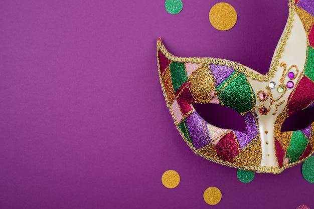 축제, 화려한 마디 그라 또는 카니발 마스크 및 보라색 벽 위에 액세서리. 평면 위치, 평면도, 복사 공간