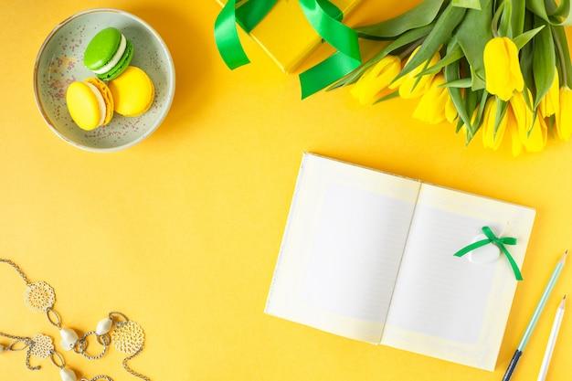 お祭りの構成:ギフトボックス、リボン、花、宝石、紙のノート、コピースペース平面図