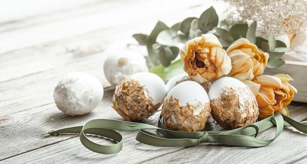 Composizione festiva per le vacanze di pasqua con uova decorate e fiori freschi.