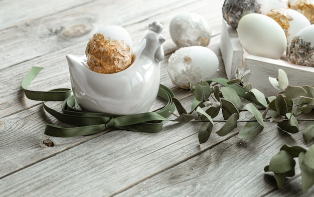 Composizione festiva per le vacanze di pasqua con piante e uova. concetto di arredamento di pasqua.