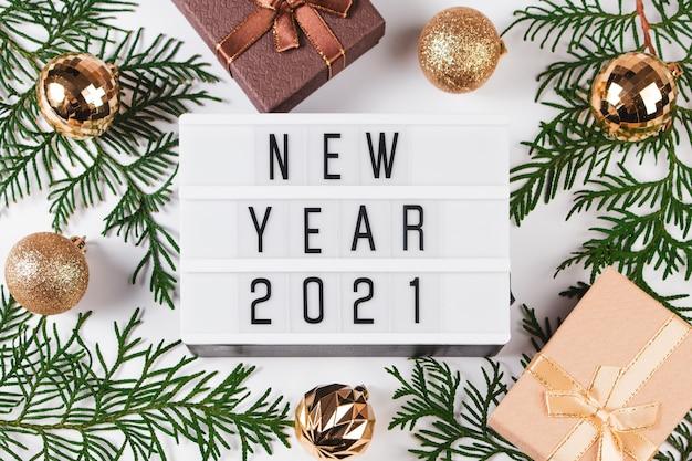 새 해 2021 축제 구성입니다. 선물 상자와 황금 크리스마스 공