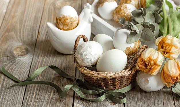 신선한 봄 꽃과 계란 부활절 휴가를위한 축제 구성. 부활절 장식 개념입니다.