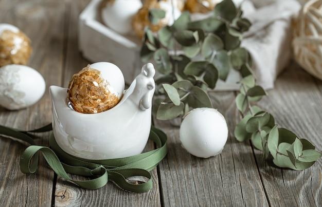 식물과 계란으로 부활절 휴가를위한 축제 구성. 부활절 장식 개념입니다.